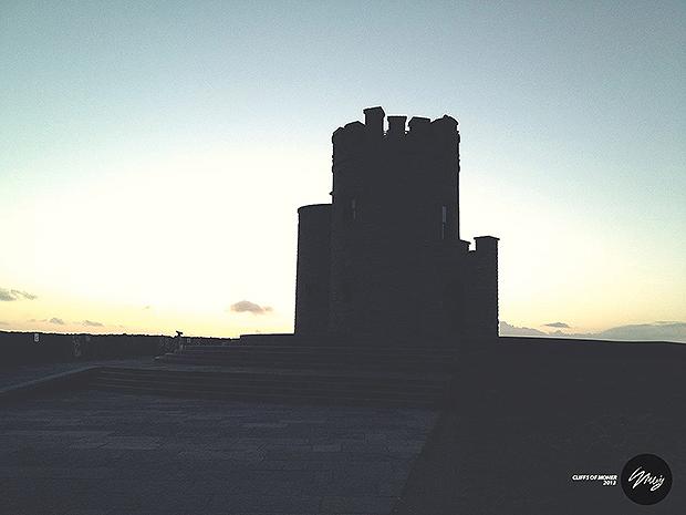 Башня О'Брайана в лучах уходящего солнца